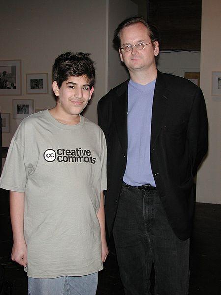 Lawrence Lessig oraz Aaron Swartz w koszulce Creative Commons