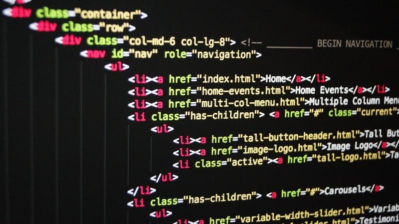 Zdjecie przedstawiające kod HTML na ekranie komputera
