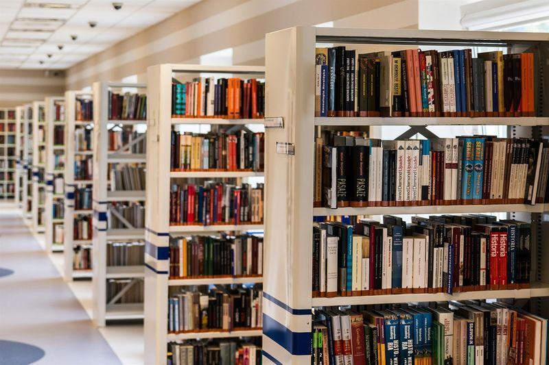 Zdjęcie książek w bibliotece