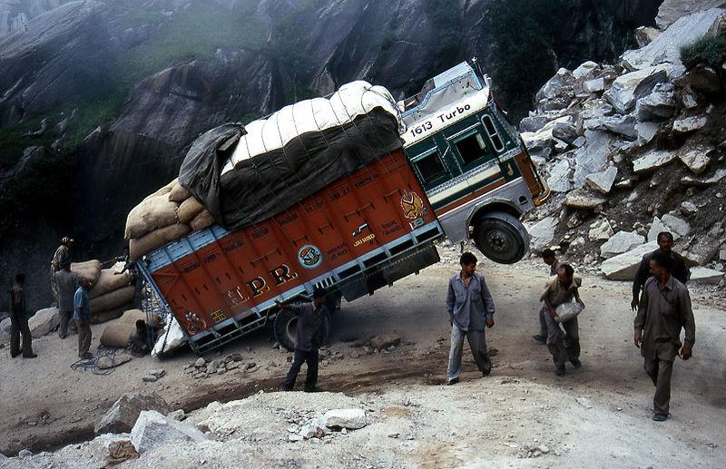 Przeładowana ciężarówka w Indiach