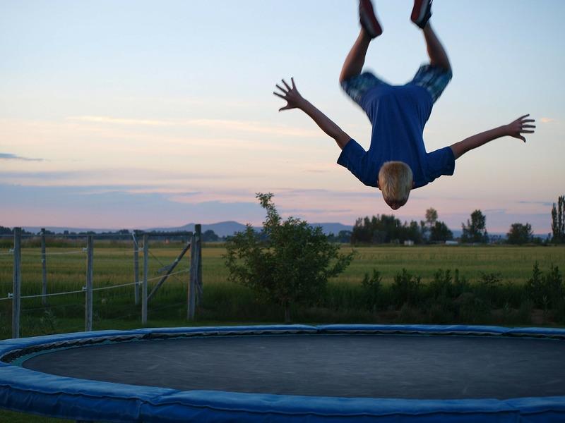 Człowiek skaczący na trampolinie